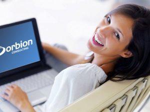 """Kvinne med laptop på fanget som sier """"Orbion Consulting"""""""